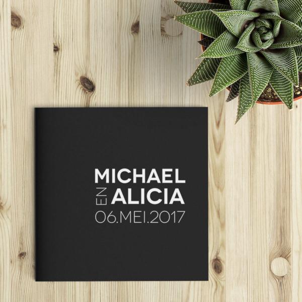 Deze abstracte trouwkaart bestaat uit een minimalistisch, typografische vormgeving waarbij rechte lijnen en een sterk kleurcontrast centraal staan. Op de voorkant staat een trouwlogo, gevormd door jullie namen en de trouwdatum.