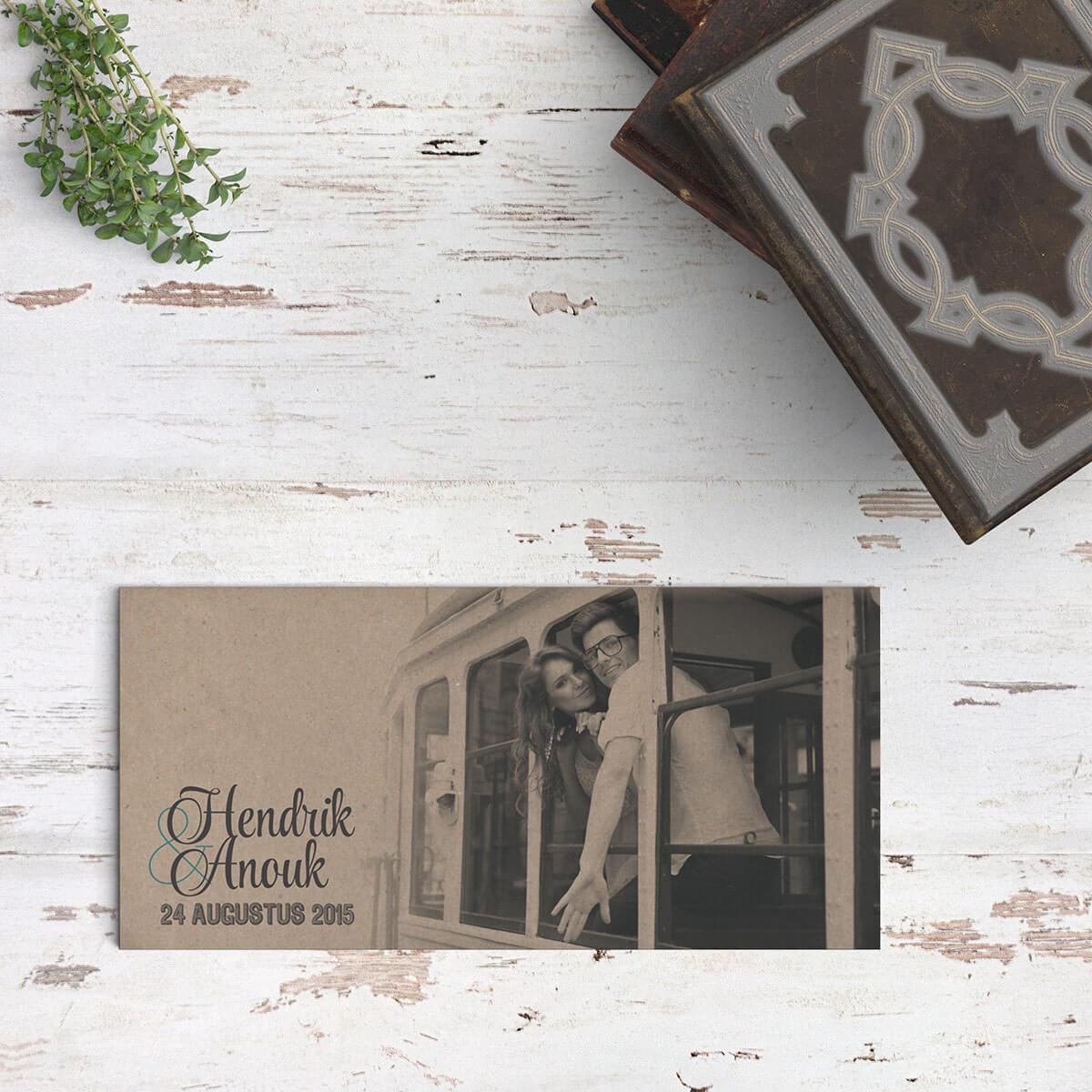 Trouwkaart Hipster Foto is bijzonder: op kraftpapier gedrukt en als er een zwart-wit foto gebruikt wordt (met liefst ook wit) geeft het een geweldig effect.