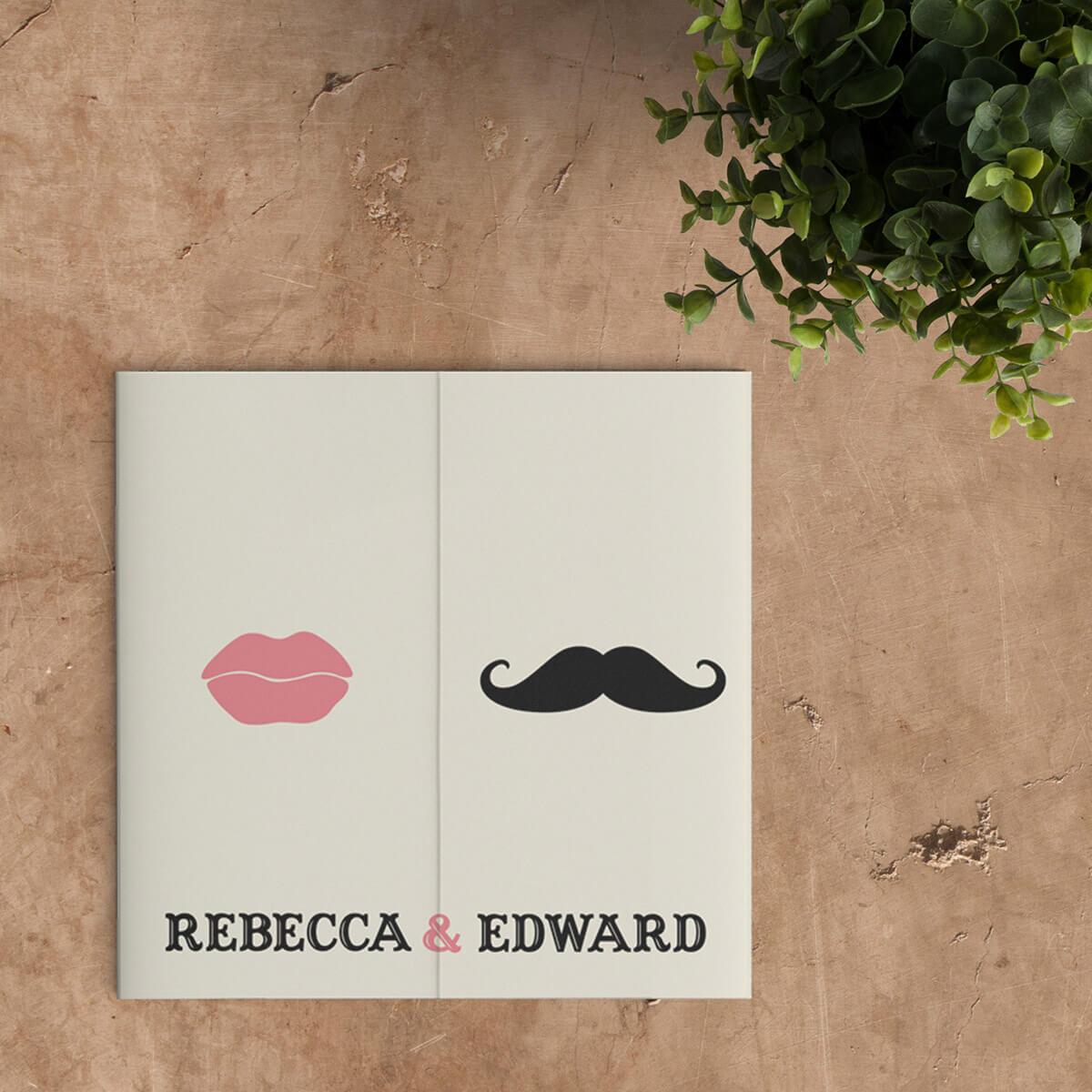 Trouwkaart Snor en Lippen is een moderne trouwkaart, met een stel lippen en een snor. Helemaal te personaliseren. Afbeelding laat voorkant van het trouwkaartje zien.