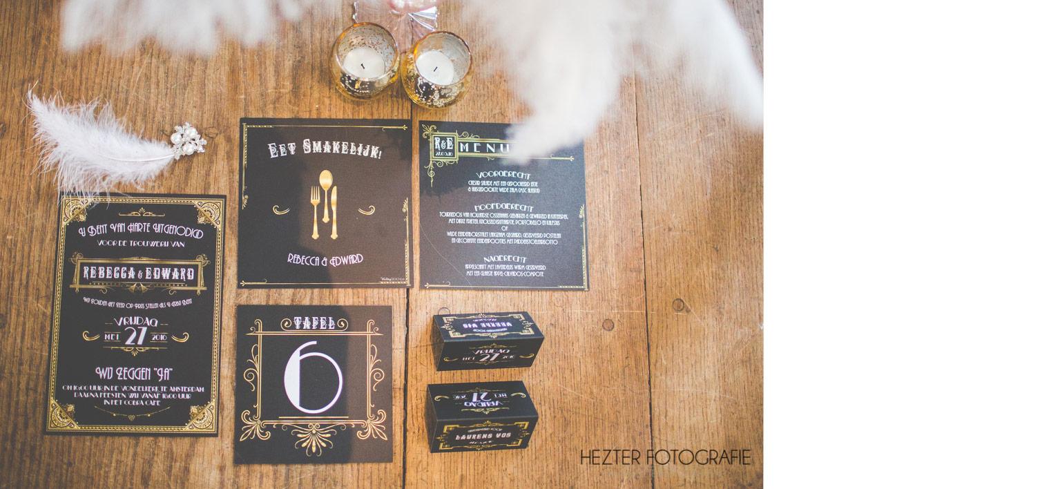 Trouwstijl voor trouwkaart Great Gatsby. Menukaart, tafelkaart en naamkaart liggen naast de uitnodiging op tafel.
