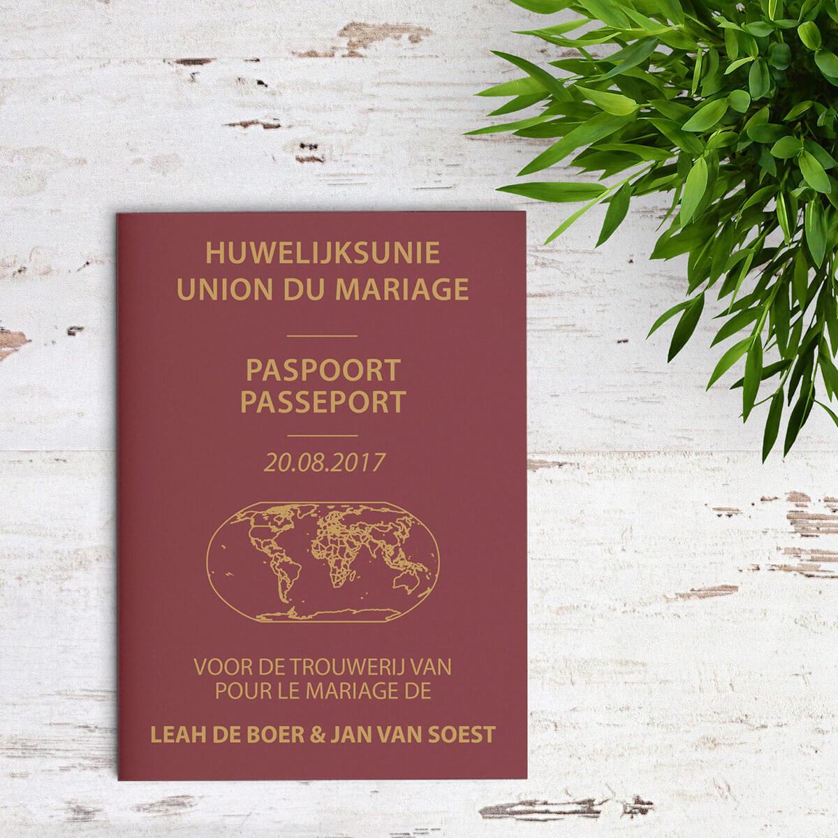 Deze Paspoort trouwkaart is uitgewerkt om op een Belgisch paspoort te lijken, tot in detail, maar alles is toepasselijk gemaakt voor een trouwkaart. Voorkant van de trouwkaart is te zien op deze afbeelding.