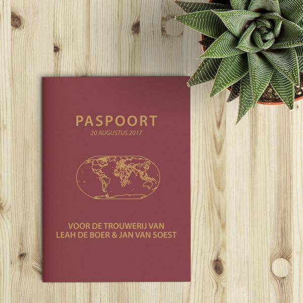 Het paspoort als trouwkaart: de binnenzijde van het kaartje is uitgewerkt om globaal op een Nederlands paspoort te lijken - dit is de voorkant van trouwkaart Paspoort.