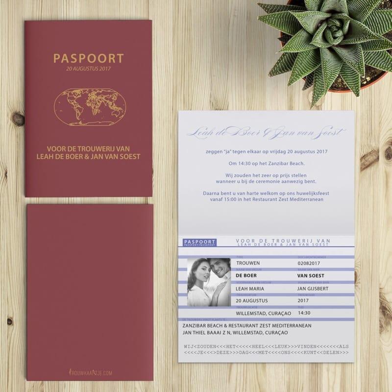 De voor-, achter- en binnenzijde van het trouwkaartje. Het paspoort als trouwkaart: de binnenzijde van het kaartje is uitgewerkt om globaal op een Nederlands paspoort te lijken.