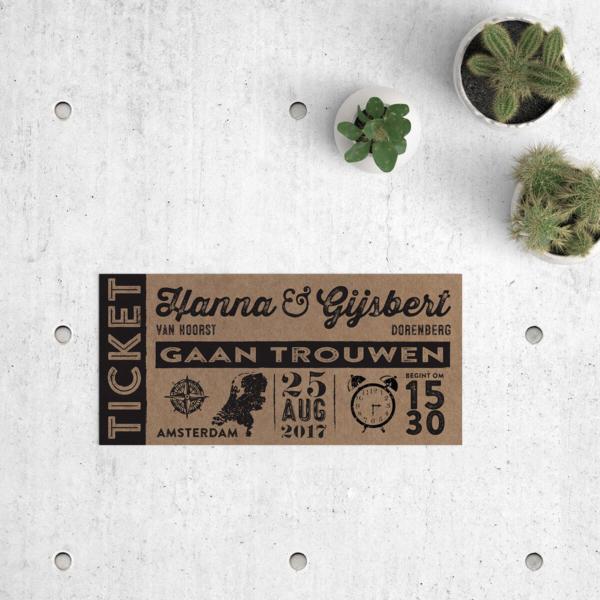 Trouwkaart Ticket op kraftpapier, een ontwerp in vintage ticket stijl met leuke icoontjes-tijdlijn. Trouwkaarten op kraftpapier.