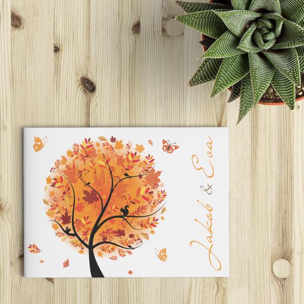 """Een vrolijk geïllustreerde boom in herfstkleuren, dat is Trouwkaart Herfst in een notendop. De oranje en roodtinten geven meteen een heus """"herfstgevoel."""" Voorkant van trouwkaartje."""