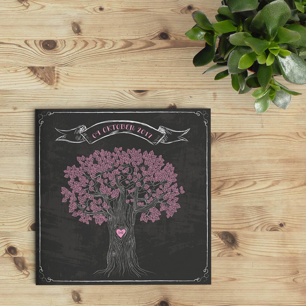 Trouwkaart Retro Boom op Krijtbord presenteert een verrassende boom-illustratie met lieve roze blaadjes die mooi afsteken op de zwarte krijt-achtergrond. Afbeelding toont voorkant van de trouwkaarten.