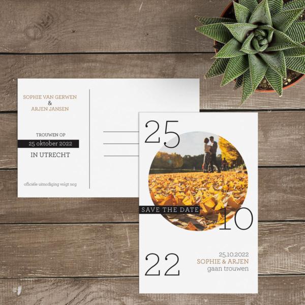 """Save the date kaart Cirkel is een spel van elementen, de ronde foto, de trouwdatum die verdeeld staat en een leuke tag met daarop """"save the date."""" Voorkant van save the date kaartjes."""