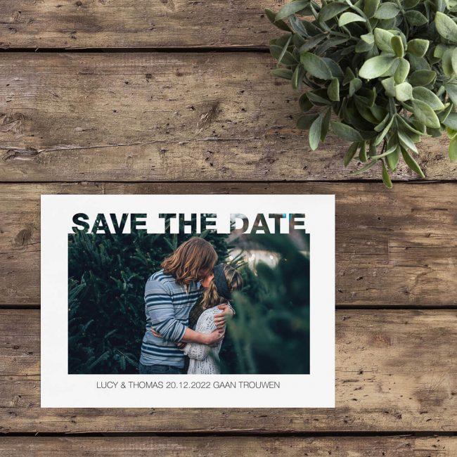 Save the date kaarten bij Wedding Designs bestellen. Leuk effect met foto die door de tekst heengaat. Save the date kaart Foto door Tekst is strak, typografisch en dat alles met een foto die een grote rol speelt in het ontwerp zelf.