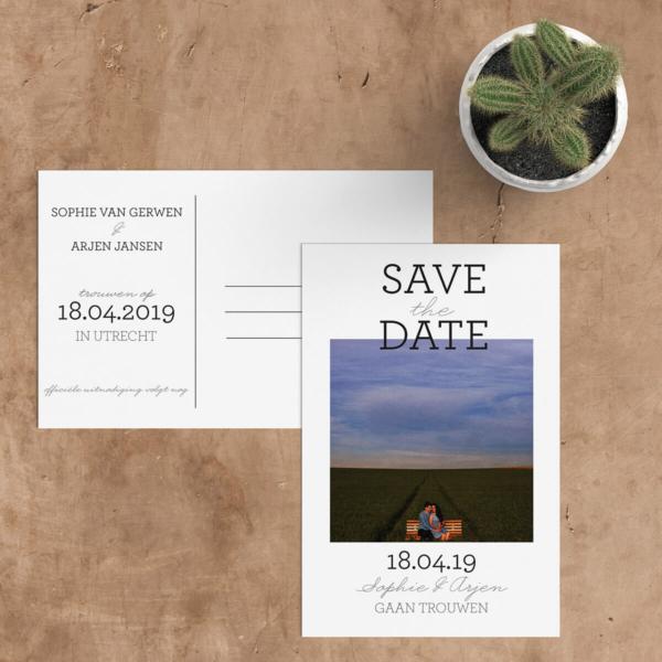 Save the date kaarten verstuur je ruim 6 maanden van te voren. Mooie ontwerpen vind je op Wedding Designs en je kunt ze zelf helemaal aanpassen.