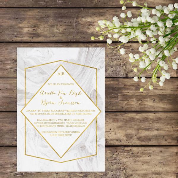 Elegant, strakke lijnen en gouden accenten. Trouwkaart Marmer benut een prachtige, subtiele achtergrond met marmer-motief als startpunt van het ontwerp.