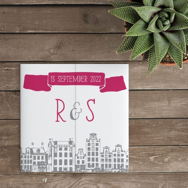Trouwkaartje Amsterdam is een ode aan onze stad van oorsprong. Met Amsterdamse skyline en een spectaculair lettertype.