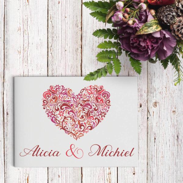 Trouwkaart Hart, de naam zegt het al: een groot, sierlijk en gedetailleerd hart staat centraal op de voorkant.