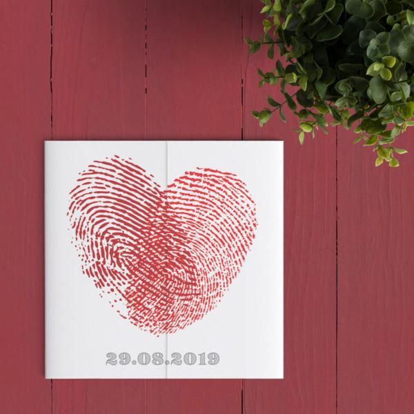 Op deze romantische trouwkaart wordt jullie liefde gesymboliseert door jullie vingerafdrukken die samen een hart vormen. Moderne stijl.