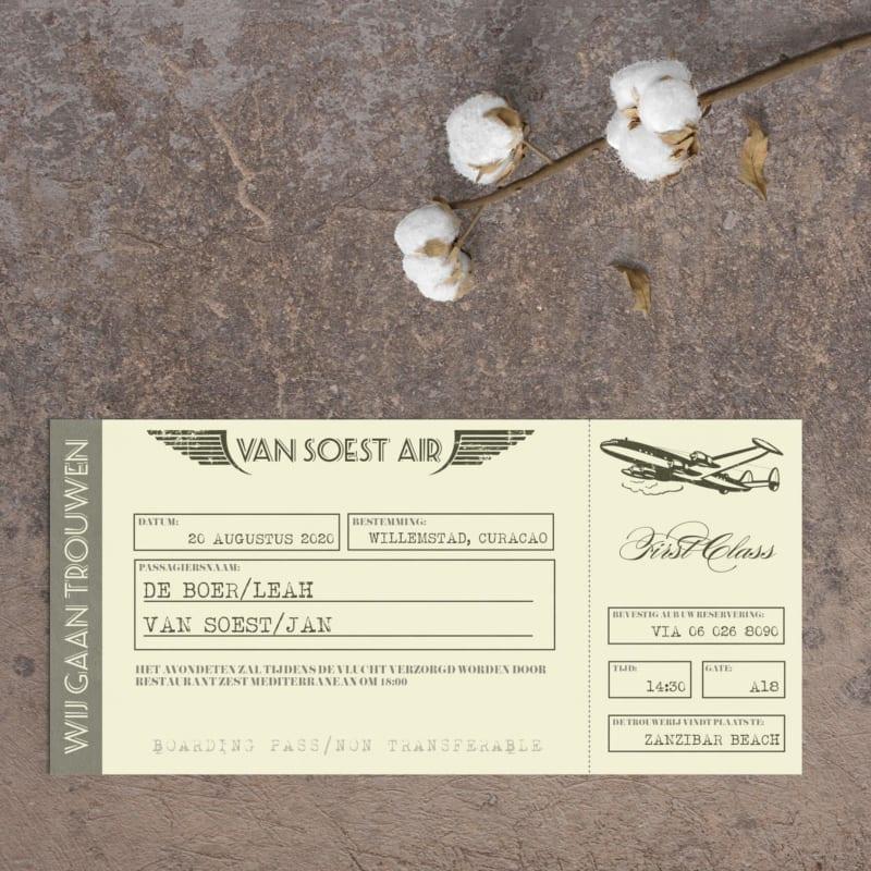 Trouwkaart Vintage Vliegtuigticket is een conceptueel ontwerp: gebaseerd op een ouderwets ticket, met allerlei leuke details zoals een oud vliegtuig.