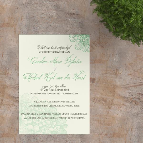 Trouwkaart Klassieke Bloesems is een vintage ontwerp met groene bloemen, lichtgroene achtergrond en groene accentkleur voor de tekst.