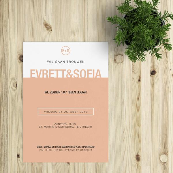 """Nog een ontwerp uit de minimalistische koker: trouwkaart Kleur werkt met twee kleurvakken, waarbij jullie namen als het ware op het kleurvlak """"staan."""""""
