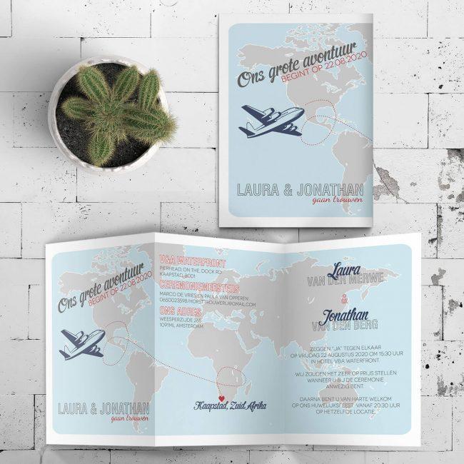 Trouwkaart Landkaart Wereld - Een vliegtuig geeft de locatie aan, hele wereldkaart staat op de voorkant van deze uitnodiging.