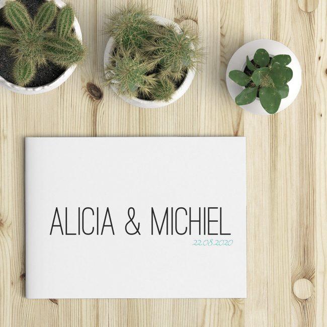 Trouwkaart Minimal is een minimalistisch ontwerp met op voorkant slechts de namen in grote letters en de trouwdatum op een witte achtergrond.