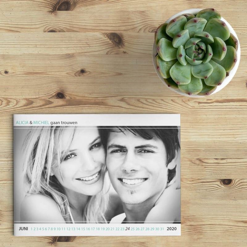 Trouwkaart Modern Basic is een eigentijds en strak ontwerp waarbij een foto op de voorkant centraal staat; kleine letters onder en boven de foto.
