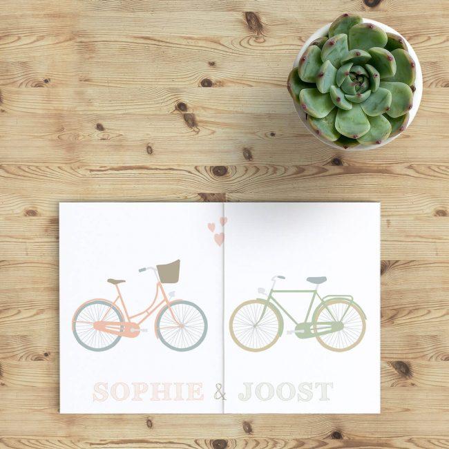 Trouwkaart Samen Fietsen heeft iets heel hollands: gaan trouwen betekent ook samen gaan fietsen. Fietsen is een deel van ons leven hier. Vrolijk ontwerp.