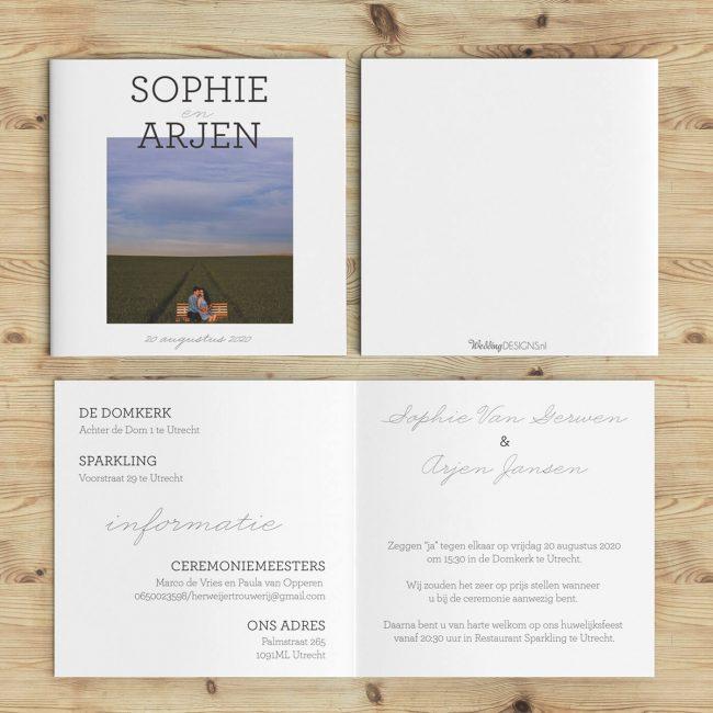 Volledig ontwerp van trouwkaart Statement is een eenvoudig ontwerp: een mooi geplaatste foto van jullie centraal staat. Op de foto staan in grote, strakke letters jullie namen.