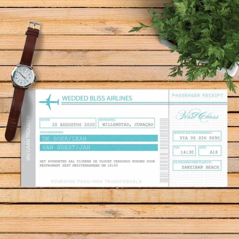 Trouwkaart Vliegtuigticket is geïnspireerd door echte tickets, vol met details. Kleuren zijn wit, blauw en grijs.