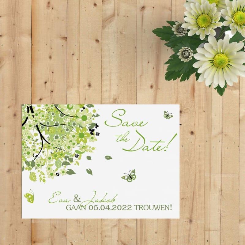 Save the date kaart Boom van Geluk is een vrolijk ontwerp met een groene, spetterende boom vol leuke details. Moderne ontwerpstijl.