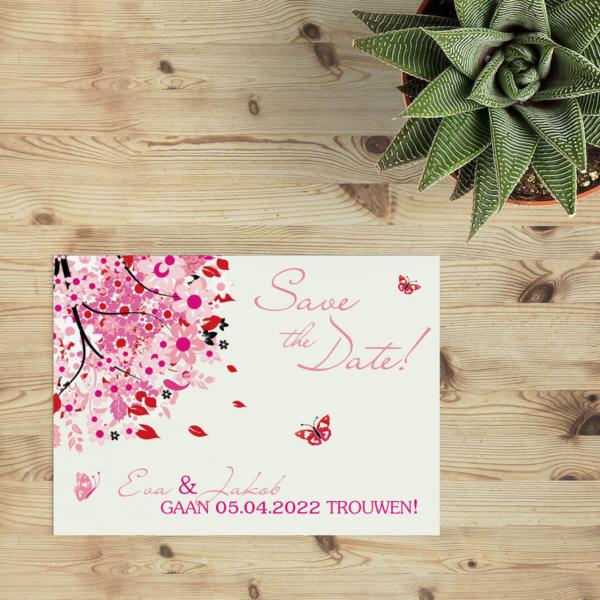 Save the date kaart Roze Boom van Geluk - de variant in roze tinten van de geluksboom, vol vrolijke details, gecombineerd met mooie lettertypes en typografie.