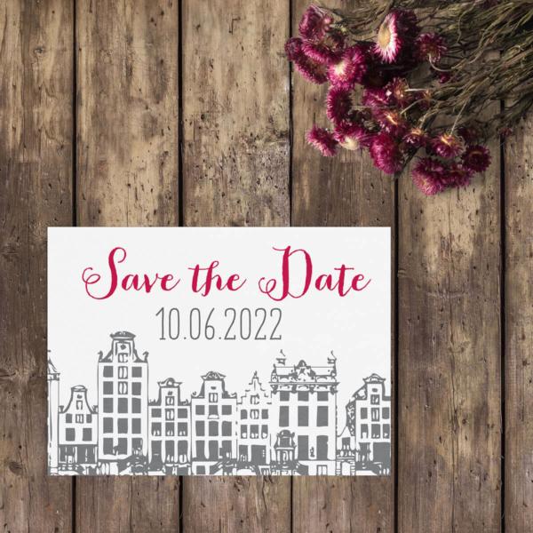 Save the date kaart Amsterdam gebruikt oude tekeningen van Amsterdam als inspiratie voor de tekeningen van de herenhuisjes. Leuke retro stijl.