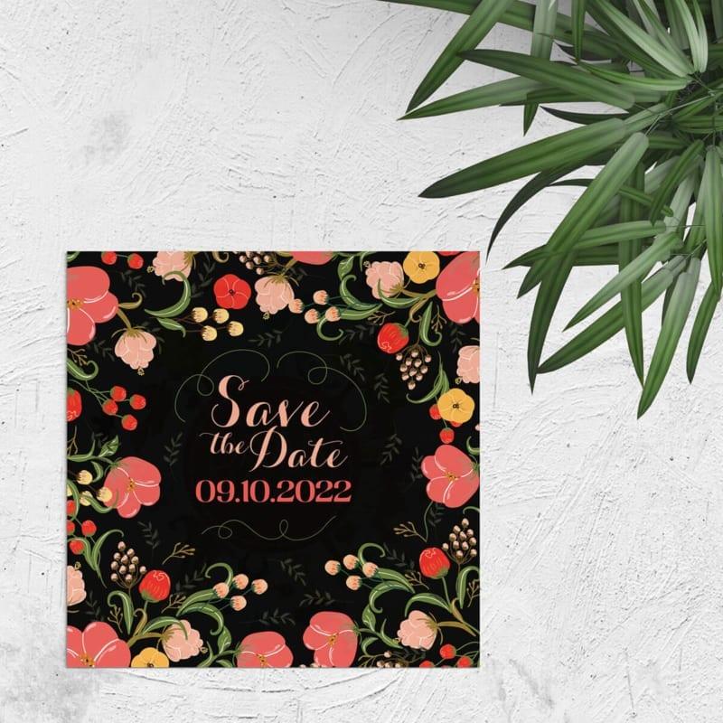 Save the date kaart Bloemen, een kleurrijke verzameling van mooi getekende bloemen op een zwarte achtergrond. Mooie, sierlijke typografie.
