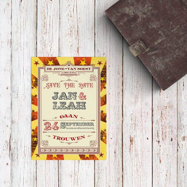 Save the date kaart Circus Ticket is een bijzonder en conceptueel ontwerp, geïnspireerd door ouderwetse uitnodigingen en posters voor het circus.