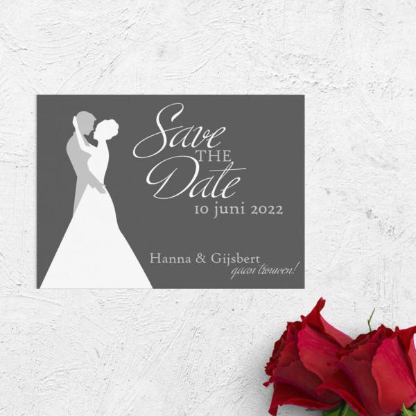 Save the date kaart Deze Dans is een minimalistisch en modern ontwerp, met in het middelpunt een silhouet van een dansend bruidspaar.