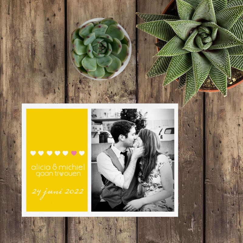 Save the date kaart Geel is een vrolijk ontwerp met leuke, gele accentkleur en een persoonlijke foto van het bruidspaar. Moderne en frisse vormgeving.