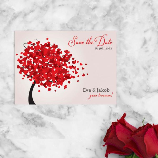 Save the date kaart Hartjesboom is een vrolijk ontwerp met mooie rode hartjes die de blaadjes vormen aan een boom. Eenvoudig en modern.