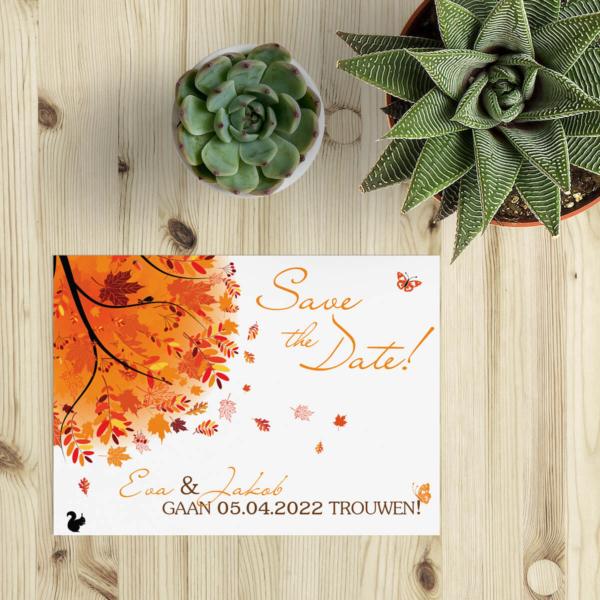 Save the date kaart Herfst is ontworpen als vrolijk kaartje met herfst thema. Een vrolijke boom in herfst-tinten geeft de juiste versiering.