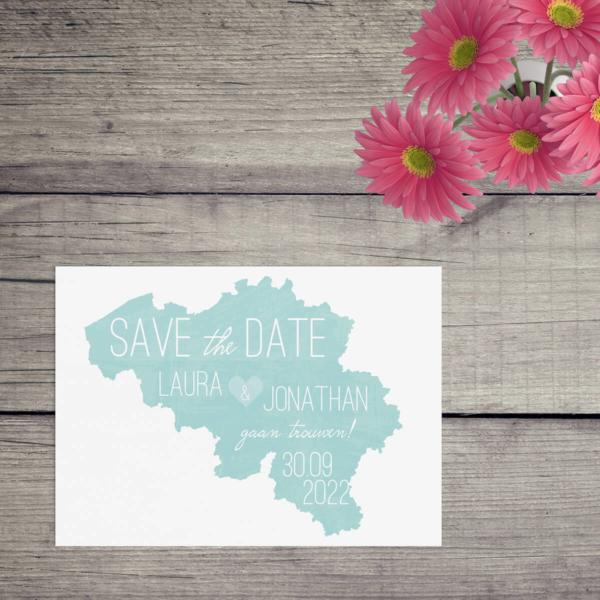 Save the date kaart Landkaart België is een abstract kaartje, waarbij een landkaart met waterverf achtergrond dient als ruimte om de tekst op te zetten.