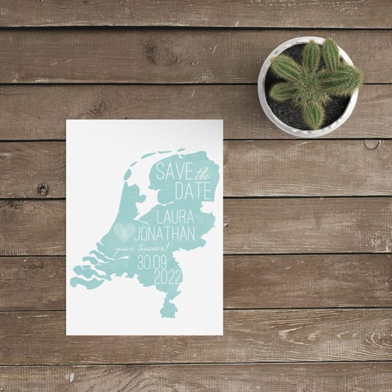 Save the date kaart Landkaart Nederland gebruikt de vorm van Nederland als achtergrond voor de aankondiging. Landkaart bestaat uit fris-aqua schildering.