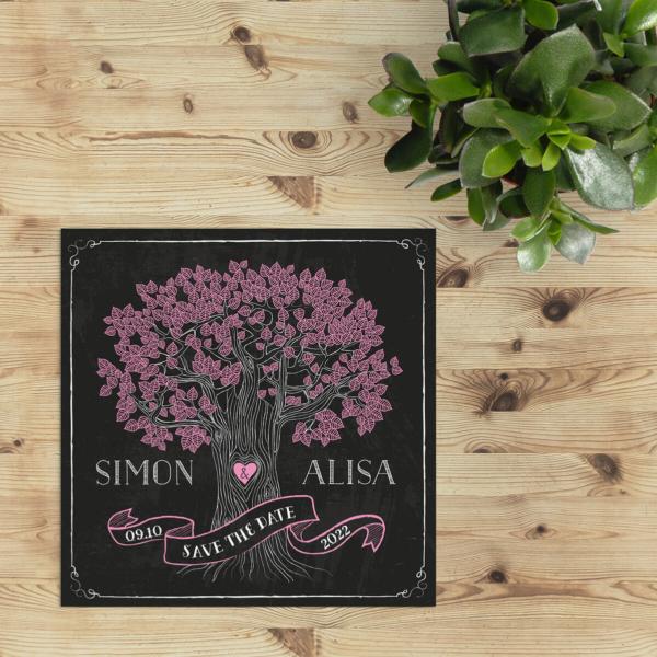 Save the date kaart Retro Boom op Krijtbord is speels, vrolijk en gedetailleerd. Leuke, roze bloempjes hangen aan de boom op een krijtbord achtergrond.