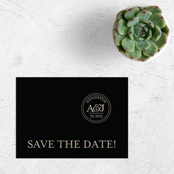 Save the date kaart Sjiek is een elegant, eenvoudig en chic ontwerp, waarbij een gepersonaliseerd trouwlogo centraal staat. Mooie, sjieke kleurencombinatie.