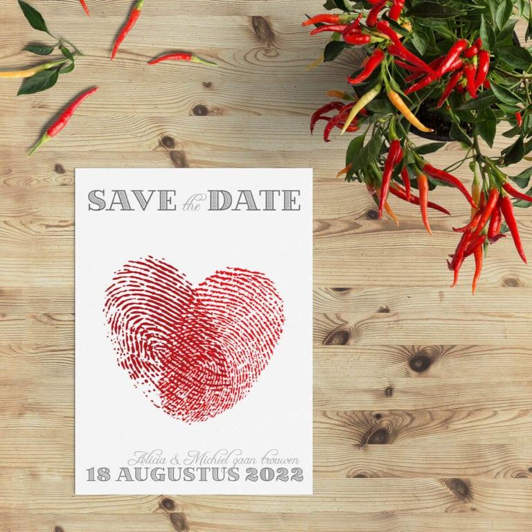 Save the date kaart Vingerafdrukken is een ontwerp met op de voorkant een hart gevormd door twee vingerafdrukken.