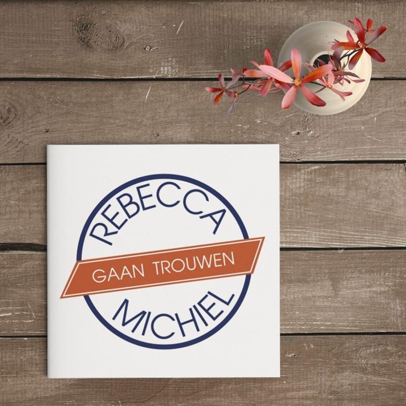 Trouwkaart Label is een modern kaartje, eenvoudig van stijl, met op de voorkant enkel een rond trouwlogo met de aankondiging.