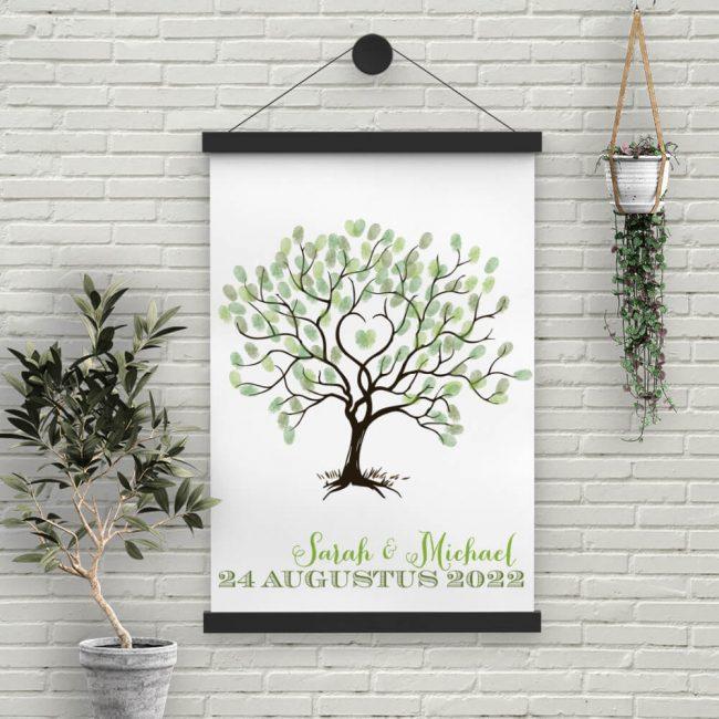Poster Vingerboom is ontwikkeld als alternatief gastenboek voor bijv. op de receptie. Elke gast zet een vingerafdruk als blad aan de boom.