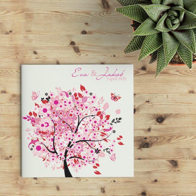 Heel vrolijk ontwerp, Trouwkaart Roze heeft op de voorkant een leuke boom illustratie in roze-tinten met allerlei details, zoals vlindertjes en blaadjes.