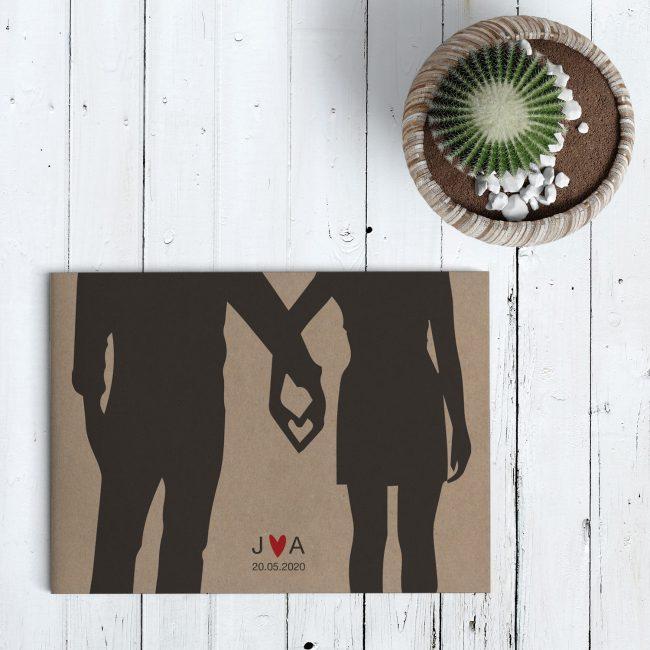 Trouwkaart Hart van Handen probeert op originele wijze het concept van liefde tussen twee mensen uit te beelden door middel van een hart van twee handen.