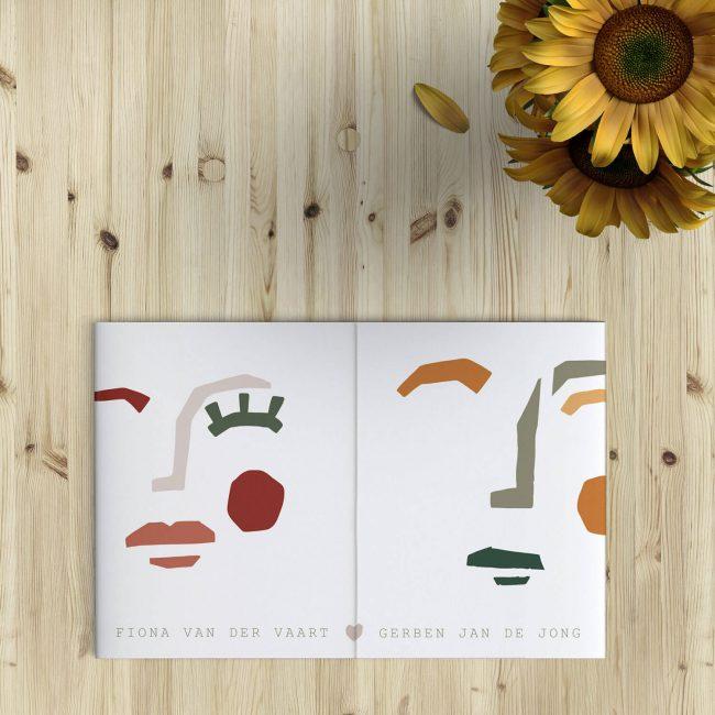Trouwkaart Kunst presenteert jullie twee als abstracte, kunstige gezichten. Zachte kleuren, abstracte vormen en moderne typografie zetten strak geheel neer.