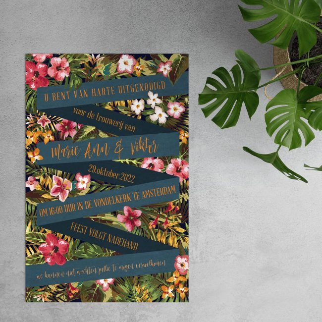 Trouwkaart Tropisch is een verrassende kaart met op de achtergrond prachtige, opvallende bloemen en daarop een zigzag ontwerp voor de tekst.