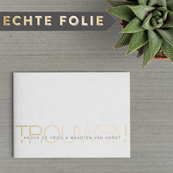 Voor trouwkaart Gouden Letters bedachten we een leuk effect: de namen van het bruidspaar staan over het met goudfolie geschreven woord Trouwen heen.