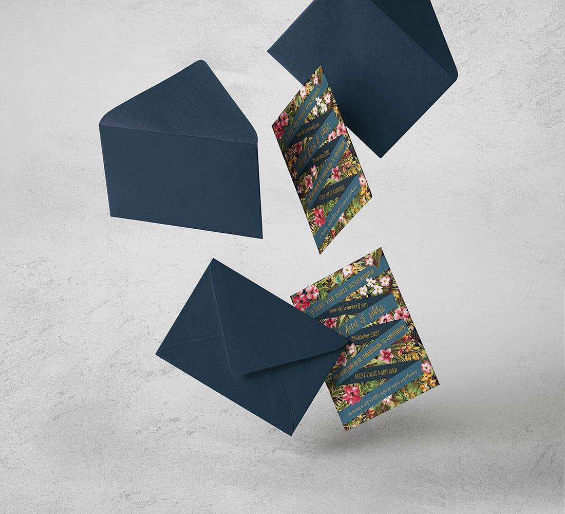 Trouwkaarten met blauwe enveloppen. Kleurrijk bloemmotief.