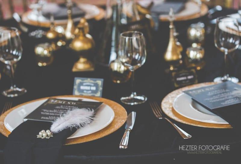 Trouwkaart Great Gatsby trouwstijl: Prachtig aangeklede tafel voor het trouwdiner