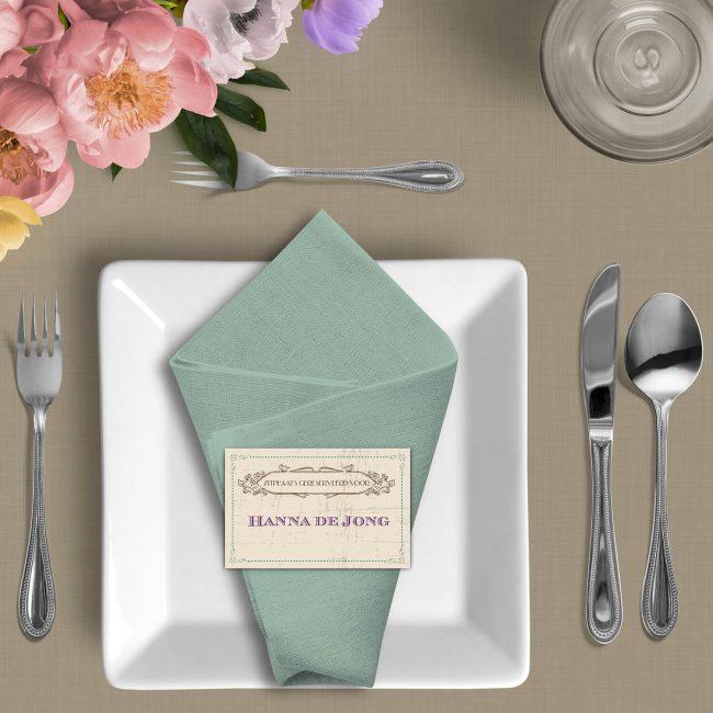 Naamkaartje Vintage Kaart volgt de mooie retro stijl van de trouwkaart. Gepersonaliseerd met naam van jullie gasten.